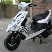 美女出售雅马哈巧格100摩托车 踏板车专卖店