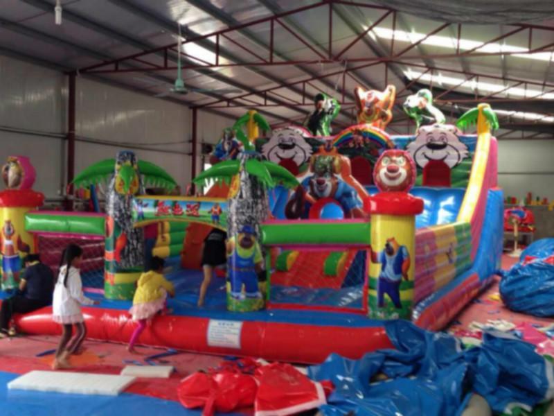 供应襄阳室内淘气堡大型充气玩具蹦蹦床大滑梯,充气城堡,碰碰车,厂家直销