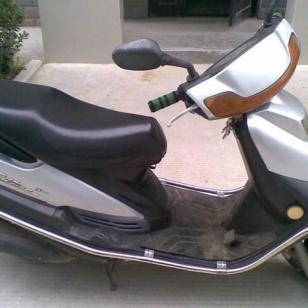 新一款雅马哈凌鹰100踏板车图片